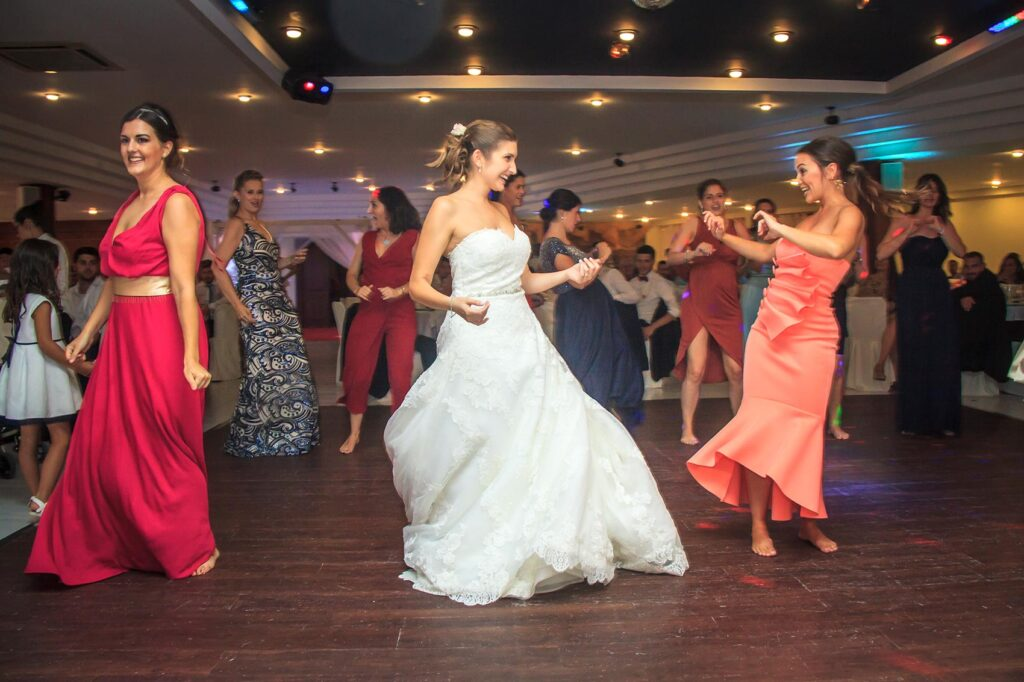 La novia y algunas invitadas interpretan una ocurrente coreografía en la pista de baile del restaurante Molí d'en Sopa en Manacor. Una tirada de fotografías súper divertidas que ayudarán a inmortalizar este momento.