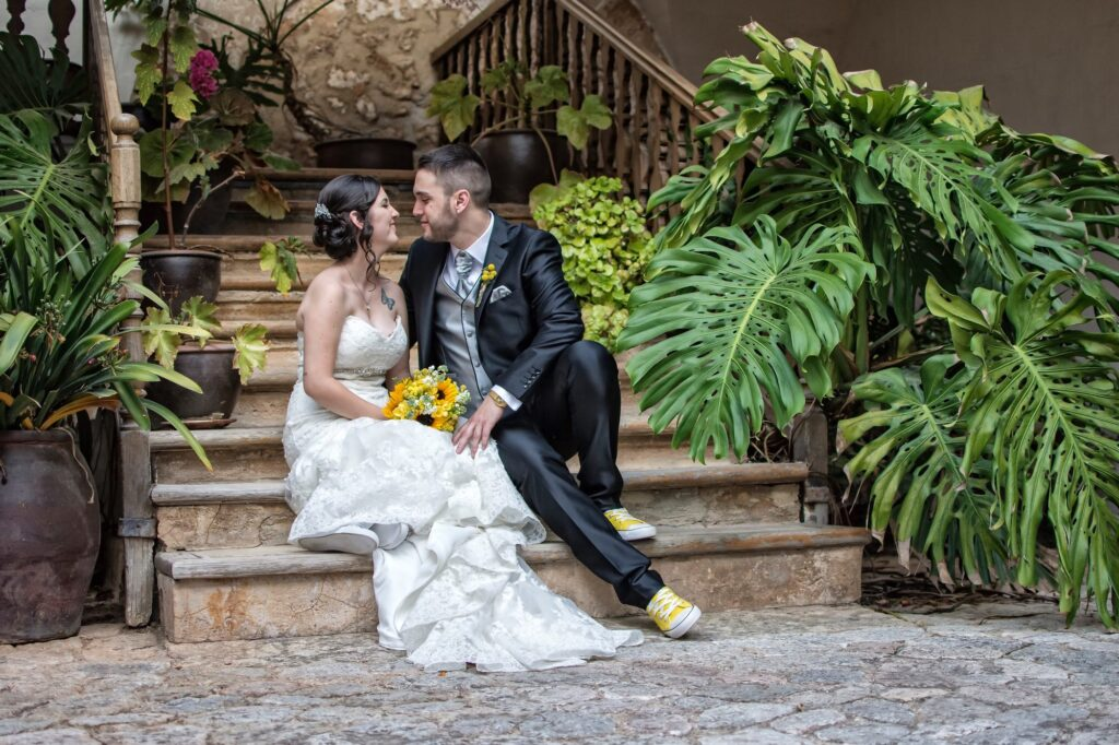 Fotos de Boda diferentes en Mallorca. Elegante imagen de esta pareja de recién casados en la escalera de uno de los patios interiores de la Posesión Son Amar.