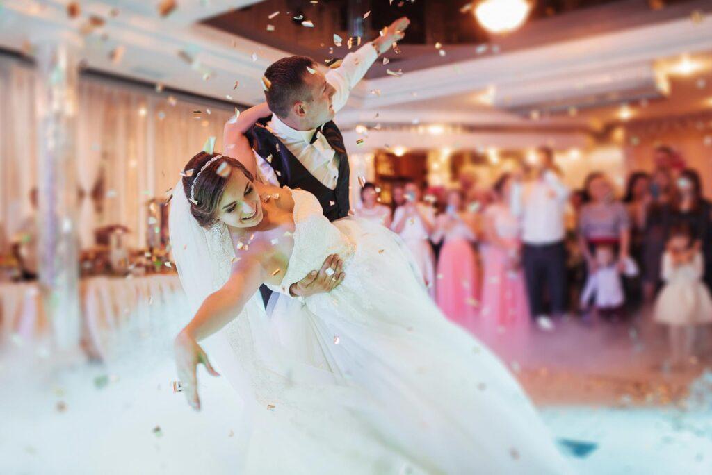 Una atmósfera maravillosa para el final del Baile de una pareja de recién casados. La ejecución final es espectacular. El momento elegido por el fotógrafo de bodas para captar la imagen es impecable. Fotografías de boda tan originales sirven de atributo diferenciador de un reportaje de boda con estilo.