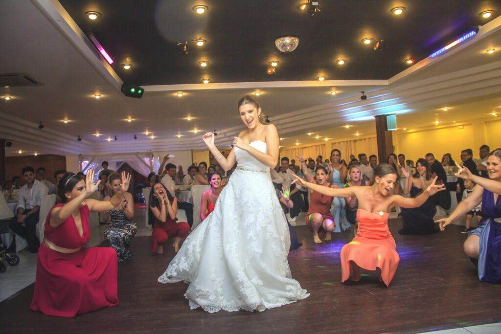 Esta es otra de esas situaciones que describen las mejores fotos de una boda. Imágenes muy dinámicas y divertidas que convierten el reportaje en un recuerdo único.