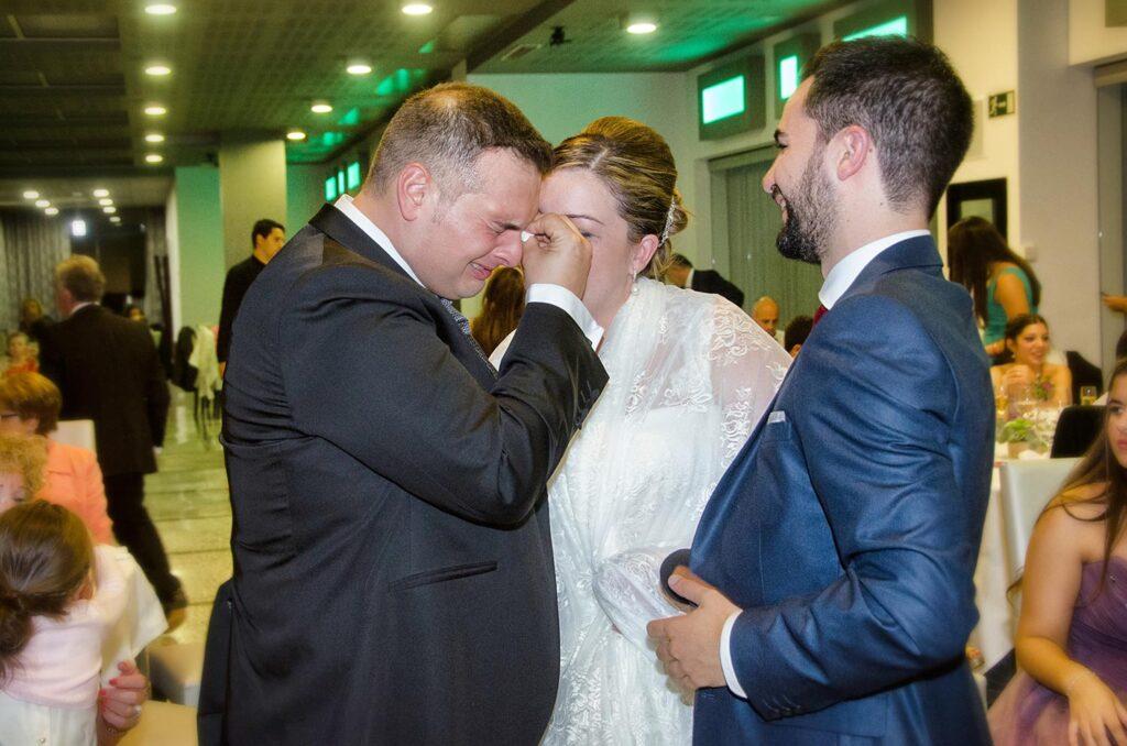 Emotivo momento del banquete en el que el novio se ve sorprendido por un regalo con mucho significado. Ante las lágrimas desconsoladas de su marido, la novia trata de calmarle.