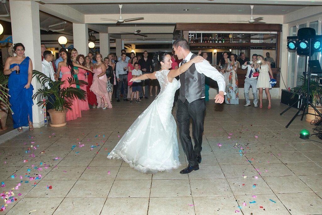 """Momento en la coreografía del baile nupcial de esta pareja. La canción que eligieron fue """"Time of my Life"""" de la película Dirty Dancing."""
