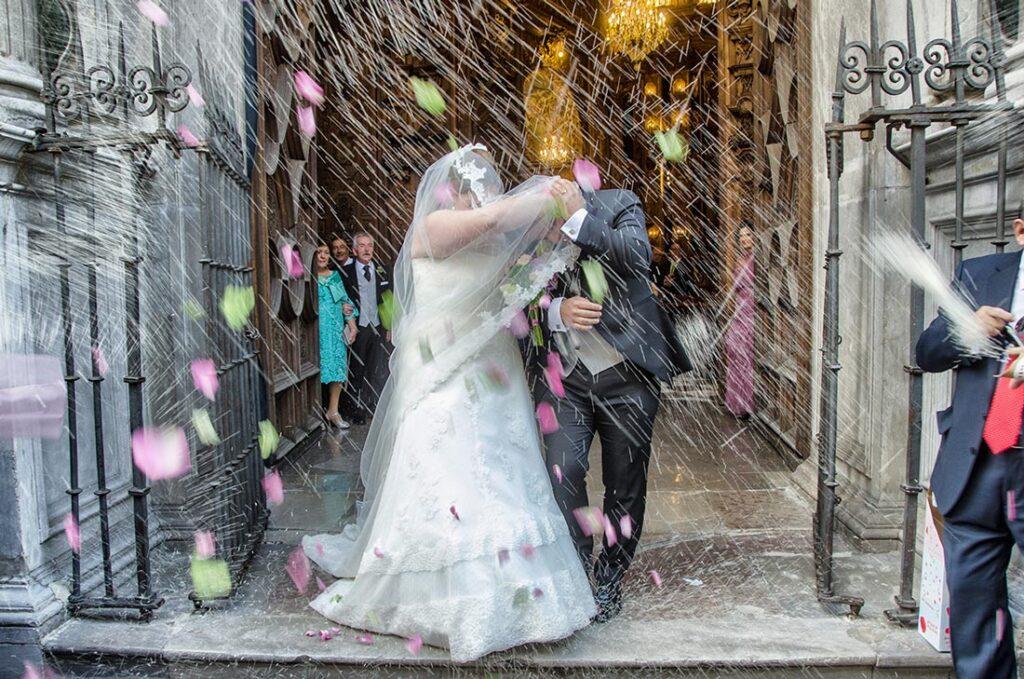Recien Casados salen de la Iglesia y son sorprendidos por una espesa tomenta de arroz y pétalos