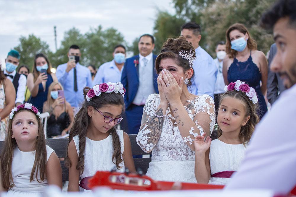 Novia emocionada ante los acontecimientos que se desarrollan en la ceremonia