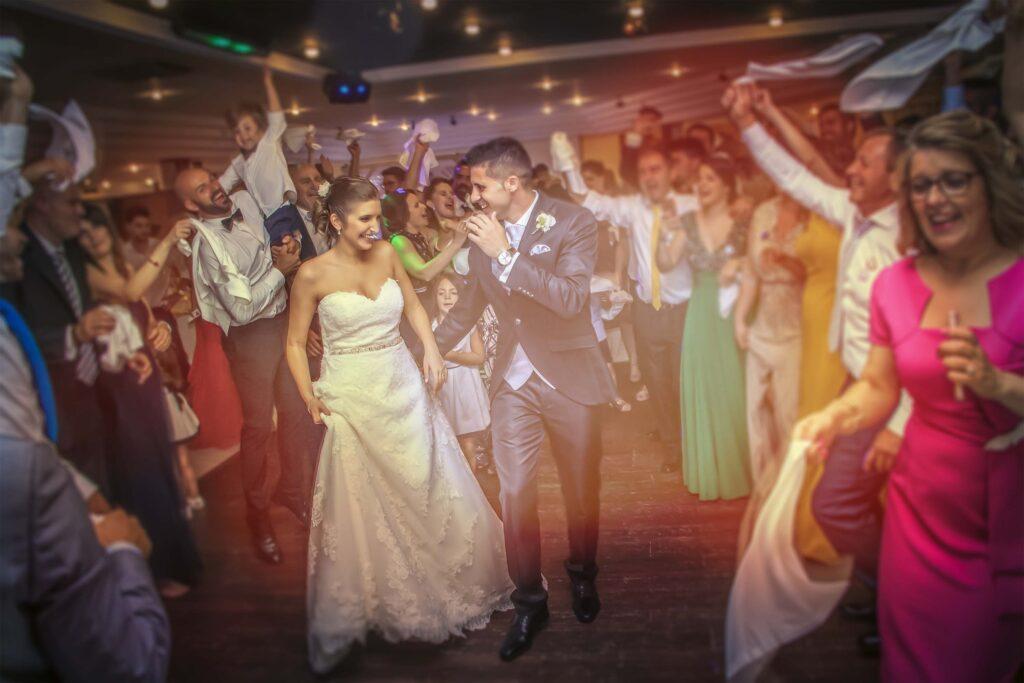 Novios e Invitados disfrutan de una boda divertida durante el banquete