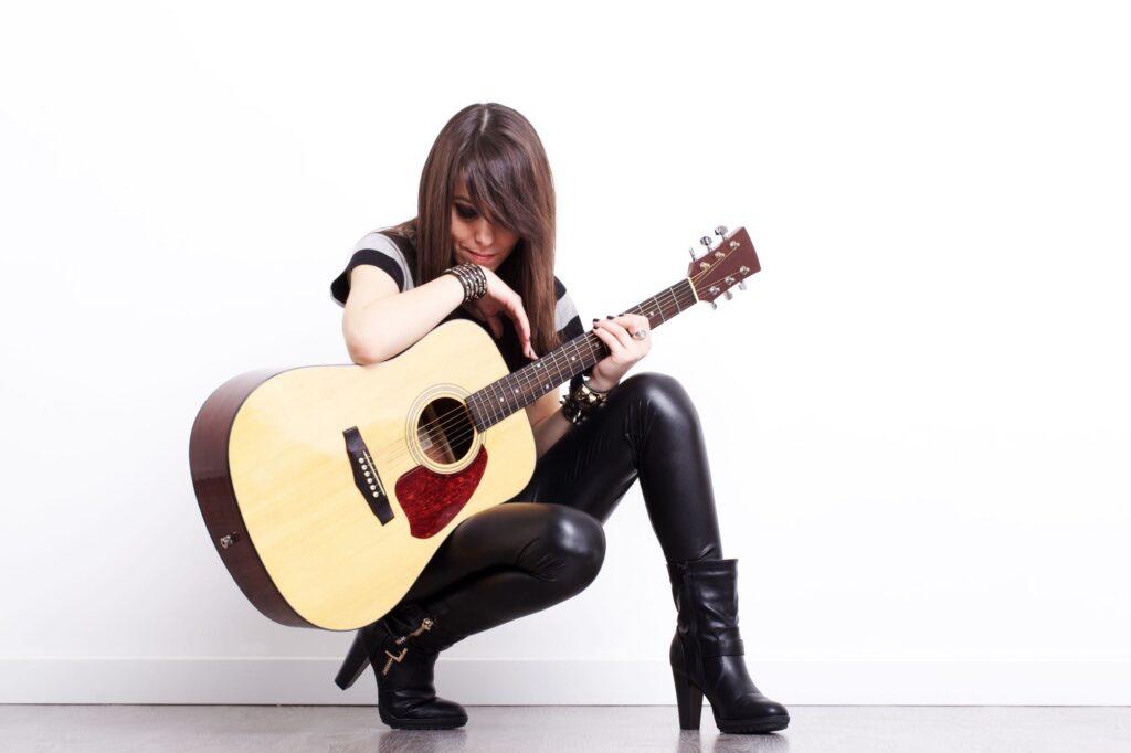 Mujer rockera con guitarra. Se trata de una solista femenina dispuesta para animar la fiesta de boda
